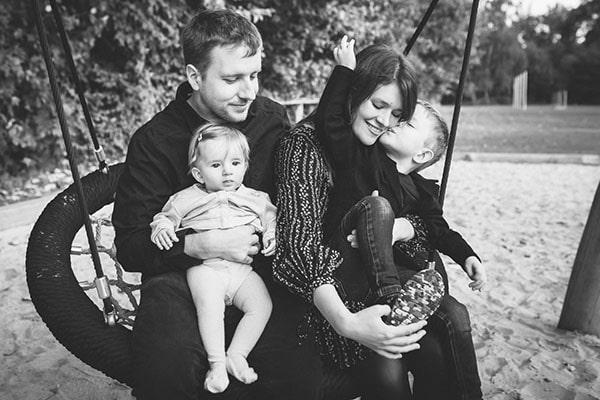 Fotograf aus Bernau mit der Familie auf dem Spielplatz