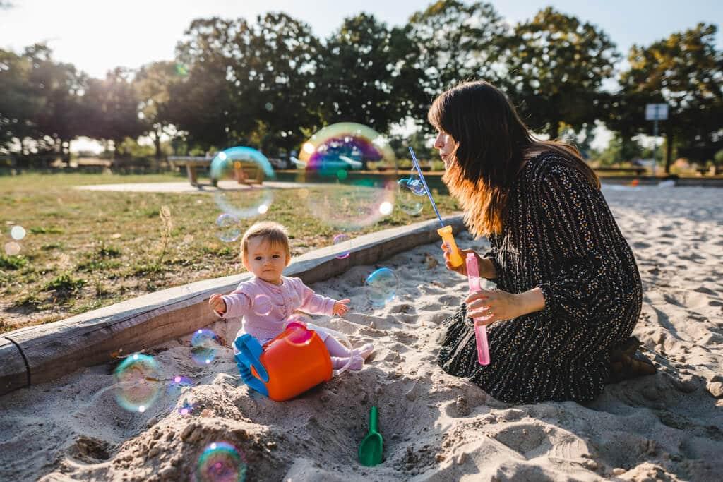 Fotograf aus Bernau mit der Familie auf dem Spielplatz - Familienfotos
