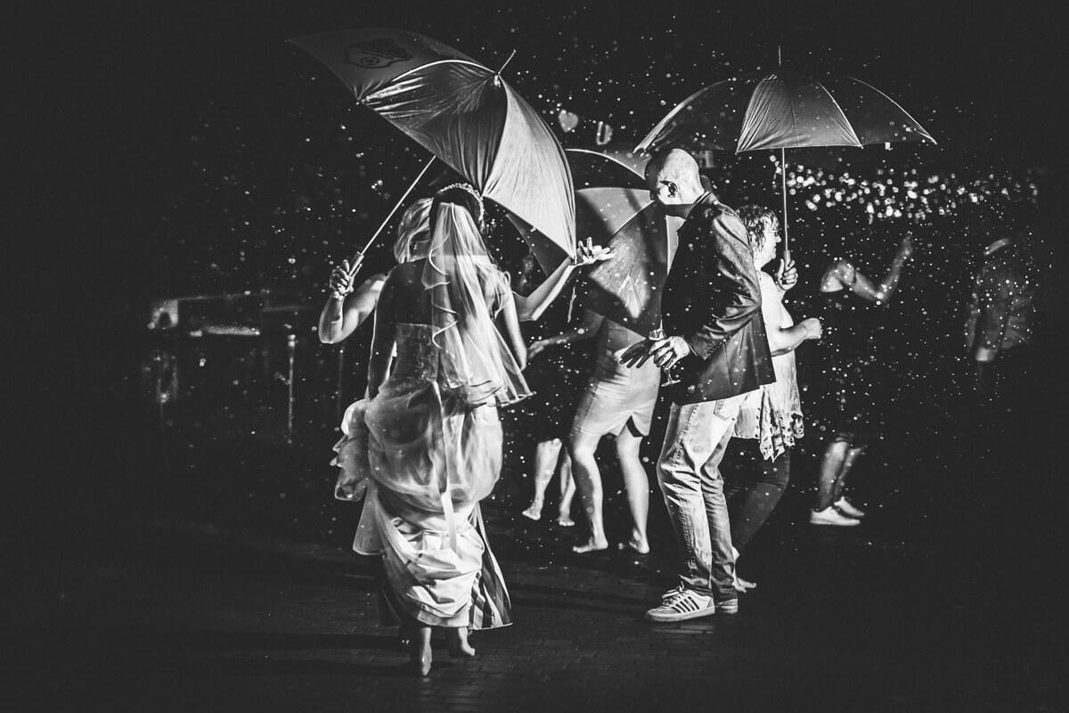 Tanzen im Regen bei der Hochzeit in Strausberg